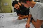 Ein dualer Student bespricht mit einem Kollegen einen Bauplan